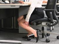 「足のむくみ」が気になるあなたへ。原因や対処法をご紹介