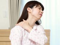 朝起きたら首が… やっかいな「寝違え」の原因と治し方