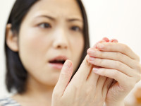 「手のこわばり」は更年期の症状? 正しい知識で安心な備えを