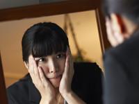 自分は醜いと思い込む…  女性に多い「醜形恐怖症」とは