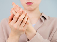 その手のかゆみは水虫かも? 「手水虫」の原因と対処法
